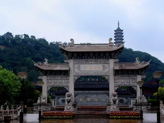 钟鼓楼后面为焦山定慧寺特有的建筑——亭桥